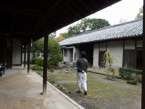 01_nayamuseum_maeniwa.jpg