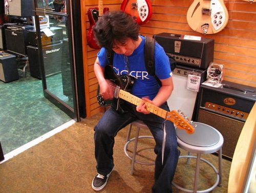 04_higuch_play_guiter01.jpg